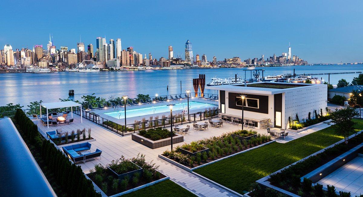 商铺也会逐渐丰富起来,项目西侧预计2017年建成2个海边万豪酒店,周边