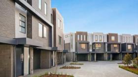 墨尔本四室三卫两车位联排别墅近墨尔本皇家理工大学Bundoora西校区立即入住