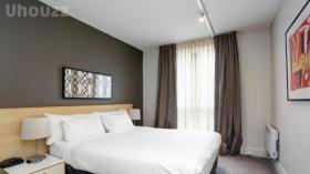墨尔本两室一卫一车位公寓近斯威本科技大学Prahran校区立即入住
